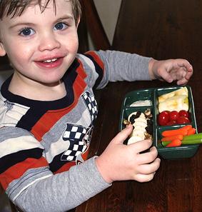 niño con verduras