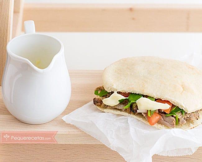 kebab con salsa de yogur