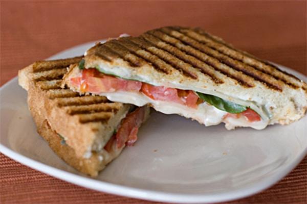 Sandwich tres quesos con tomate