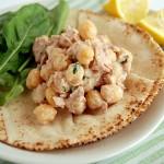 Ensalada de atún y garbanzos en pan de pita