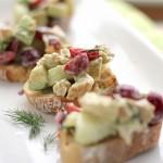 Ensalada de pollo veraniega con aguacate y cerezas