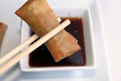 Minirollitos chinos con salsa agridulce.