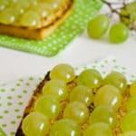 Tostas de uvas, leche condensada y almendras