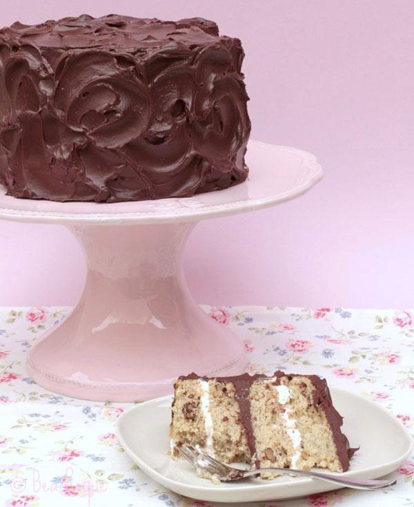 tarta de plátano y nueces con cubierta de chocolate