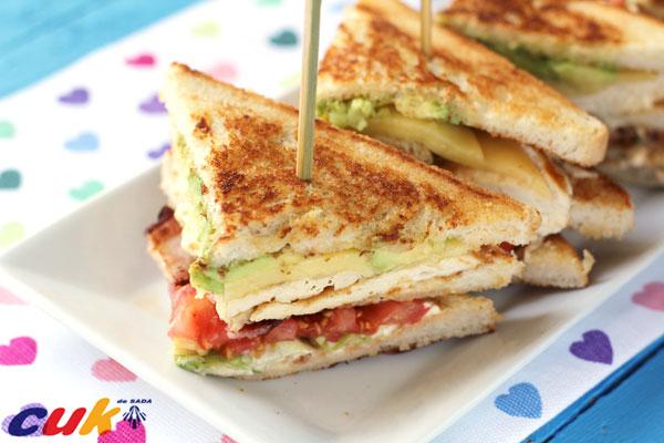 Sandwich club de pollo