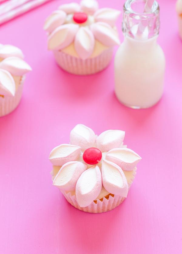 cupcakes de vainilla y queso, decora con nubes