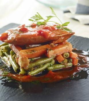 Milhojas de verduras con filete de atún con tomate y pimiento