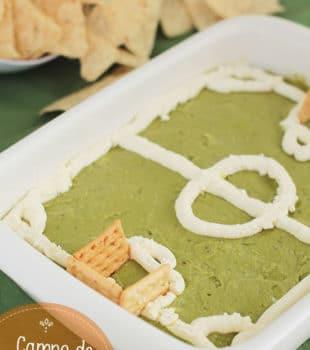 Campo de fútbol de ensalada y guacamole