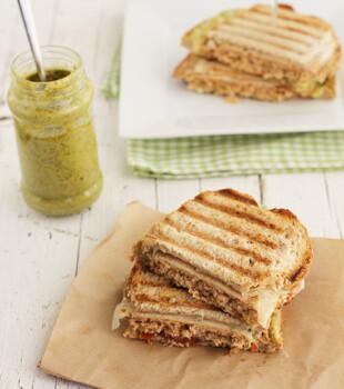 Sandwich de burguer de atún con pesto (2)