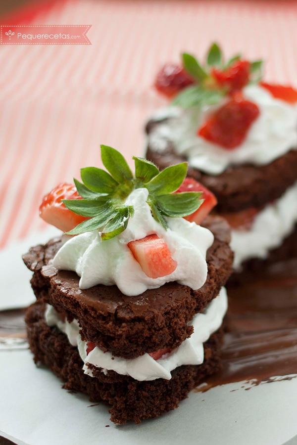 La tentación más dulce: brownie de chocolate con nata