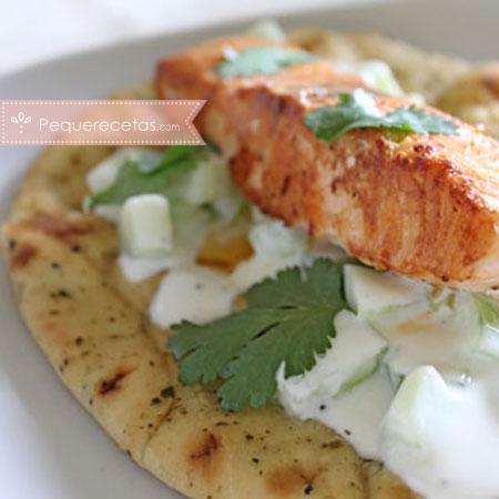 Salmón con salsa de yogur y pepino
