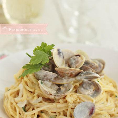 Espaguetis con almejas al vino blanco