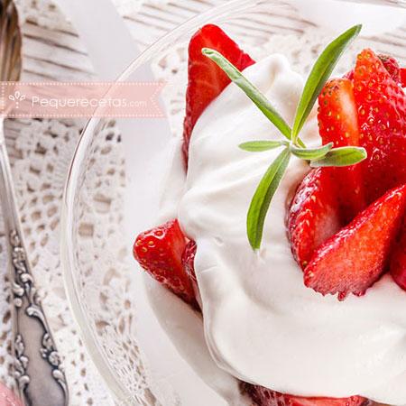 Postres con fresas: fresas con nata