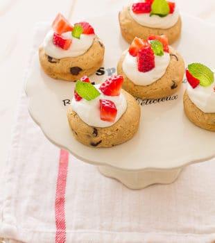 copas de masa de cookies rellena de fresas con nata