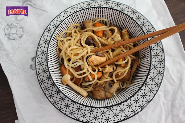 fideos chinos con setas y mejillones