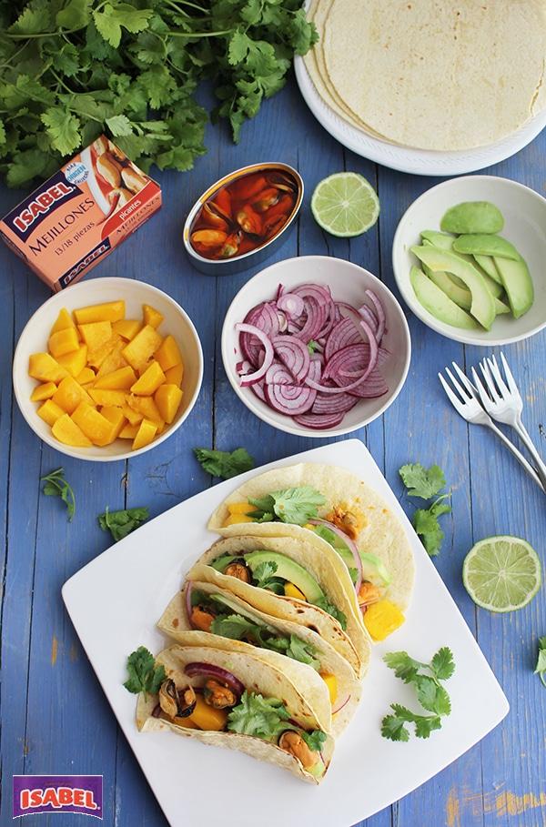 Tacos con mango, acuagate y mejillones