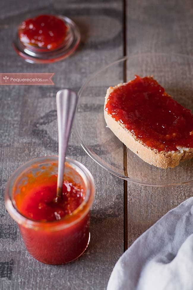 mermelada de pimientos rojos sobre tostada