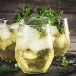 Cómo hacer rebujito con hierbabuena (la bebida más típica de la feria de Sevilla)
