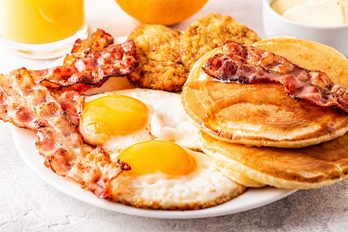 Desayuno estilo americano con huevos